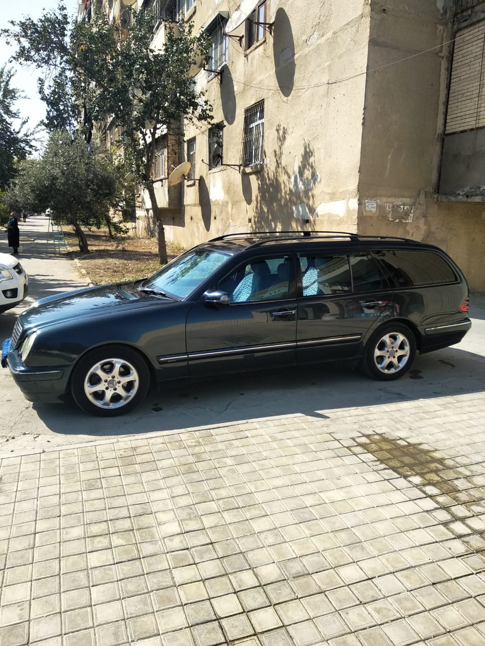 Mercedes-Benz E 240 2.4(lt) 2000 Second hand  $12000