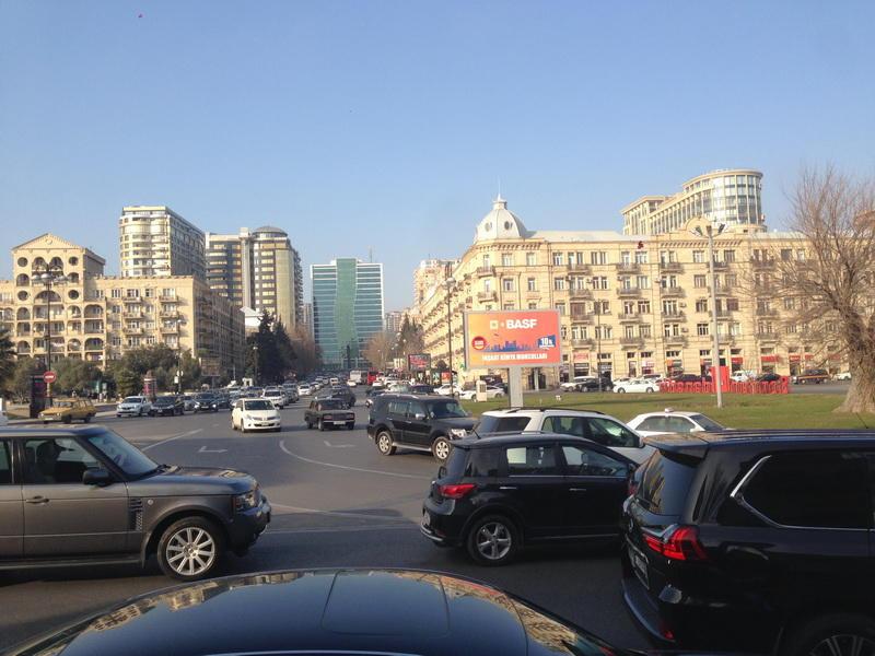 Bakının mərkəzində NİŞAN OYUNU: sürücülər çaş-baş qalıblar - FOTO